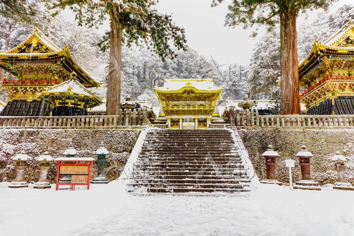 栃木県 日光東照宮 雪の鼓楼、釣燈籠、陽明門、鐘楼(左から)