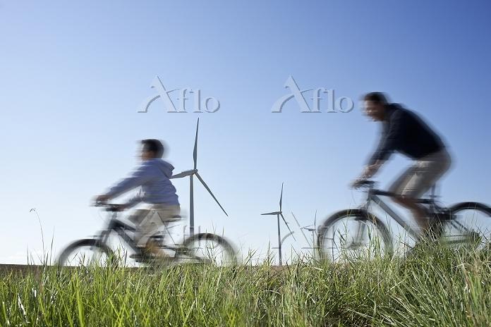 サイクリングをする親子