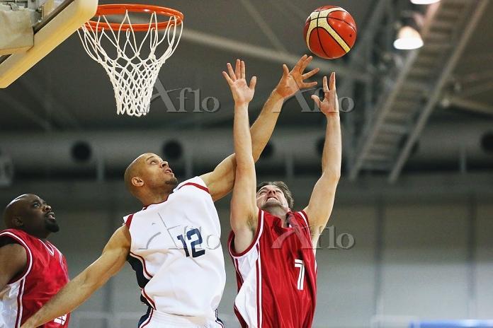 ゴール下で争うバスケ選手