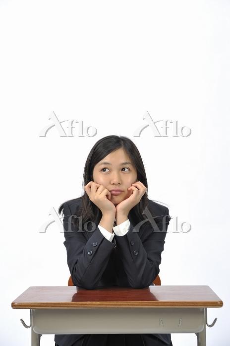 机に座る女子高生