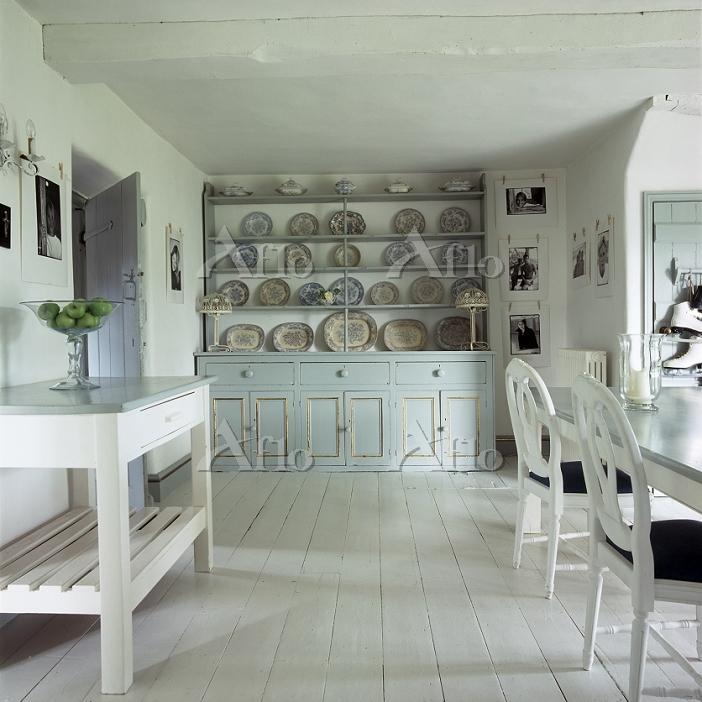 白い家具で統一されたダイニングルーム
