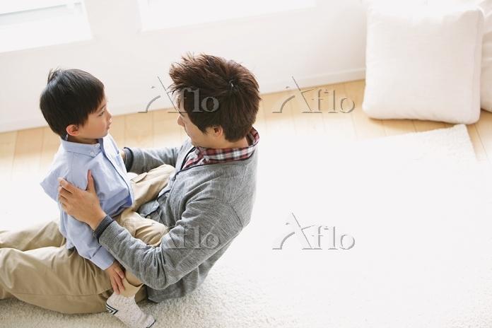 父親に叱られる息子
