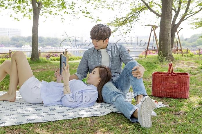 ピクニックする若いカップル