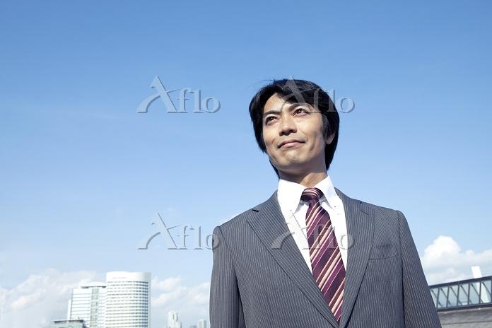 遠くを見つめる40代ビジネスマン