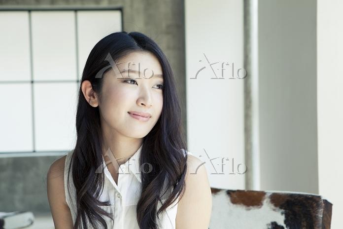 遠くを眺める20代日本人女性