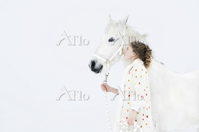 白馬を連れた女の子