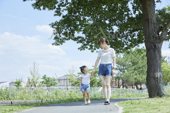 手を繋いで散歩する日本人親子