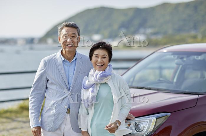 ドライブ旅行をする日本人シニア夫婦