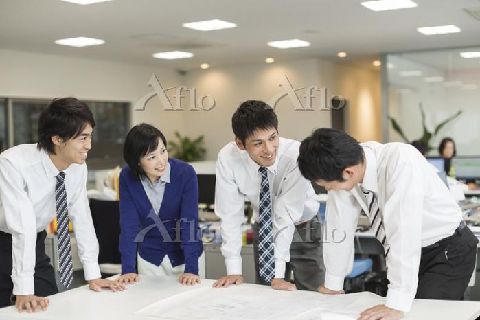 オフィスで働く日本人ビジネスマン