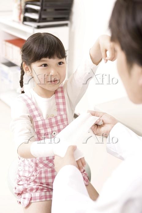子供の腕を診る青年医師5