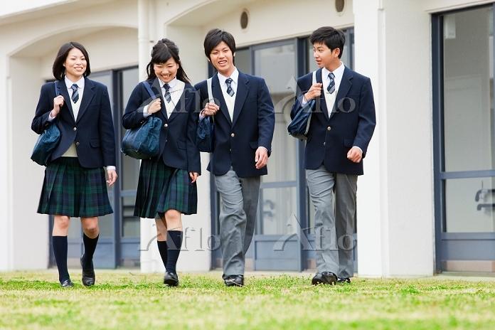 話ながら歩く高校生
