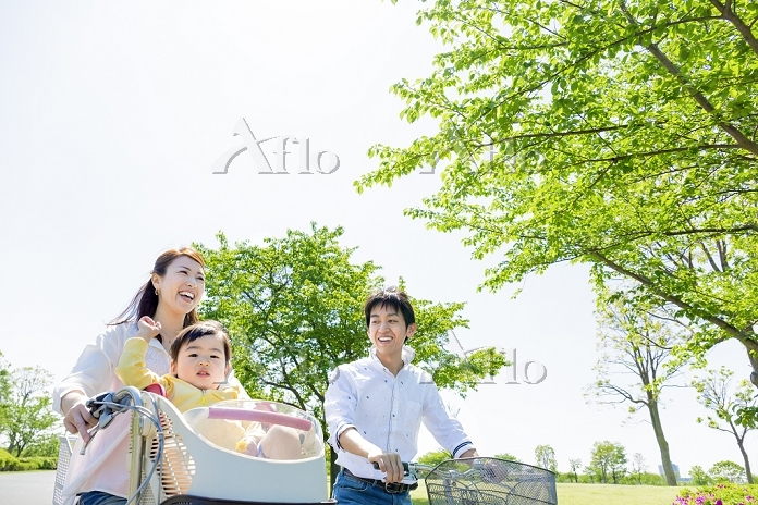 公園で自転車に乗る日本人家族