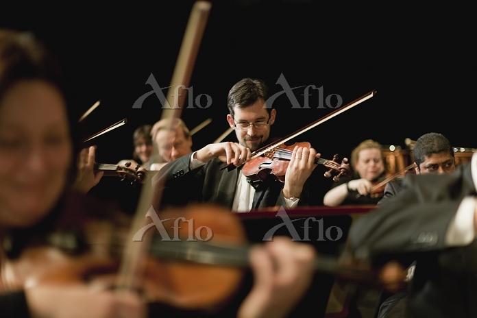 オーケストラ バイオリン奏者