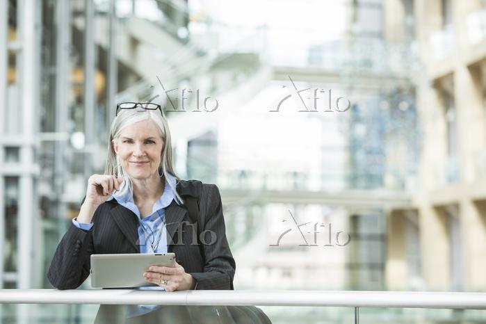 タブレットを利用する外国人ビジネスウーマン