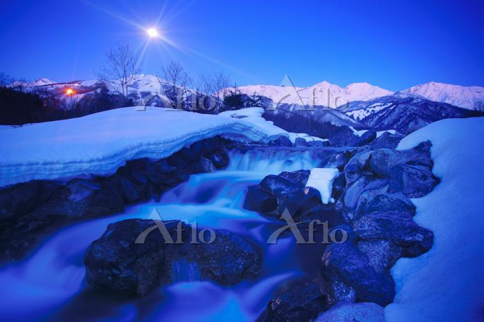 長野県 白馬村 白馬連峰と松川と黎明の満月