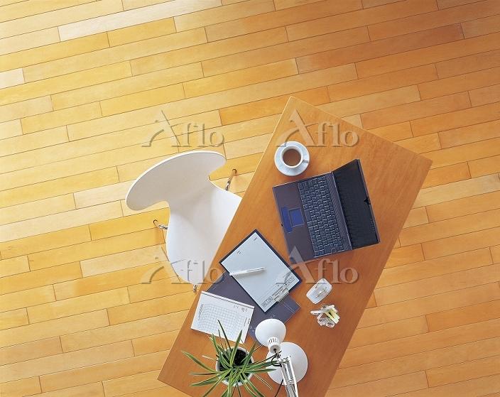 テーブルの上のパソコンとライト