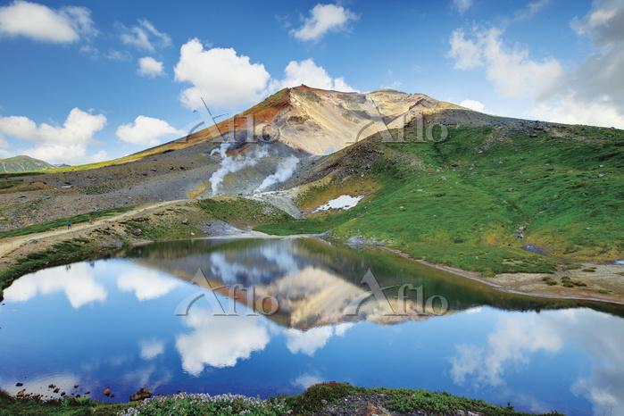 日本 北海道 旭岳と空を映し出す姿見の池