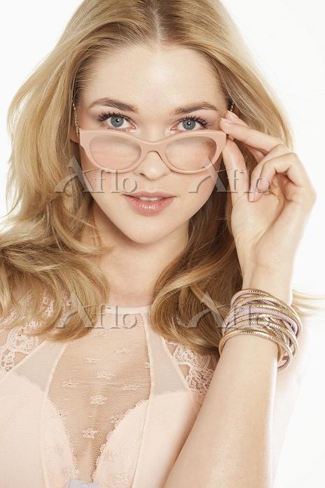 メガネをかけた若い女性
