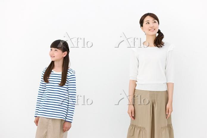 遠くを眺める母親と娘