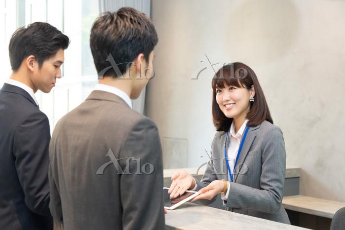 受付の日本人女性とビジネスマン