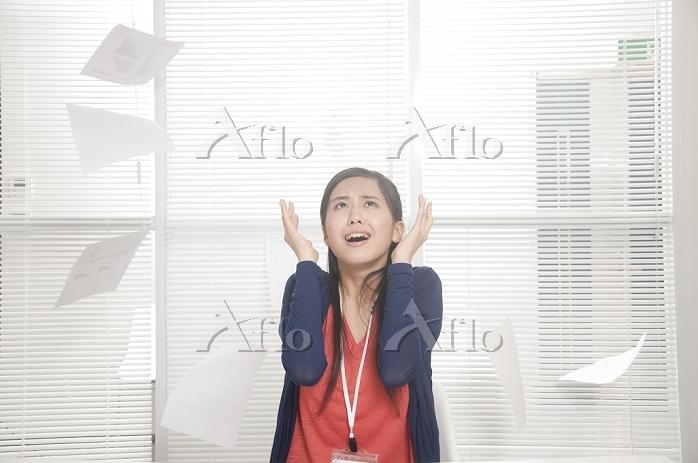 頭を抱えるビジネス女性