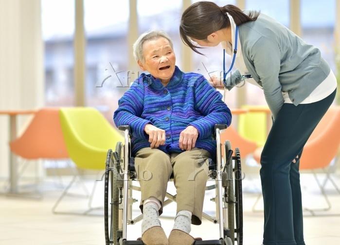 老人介護施設 笑顔のシニア女性