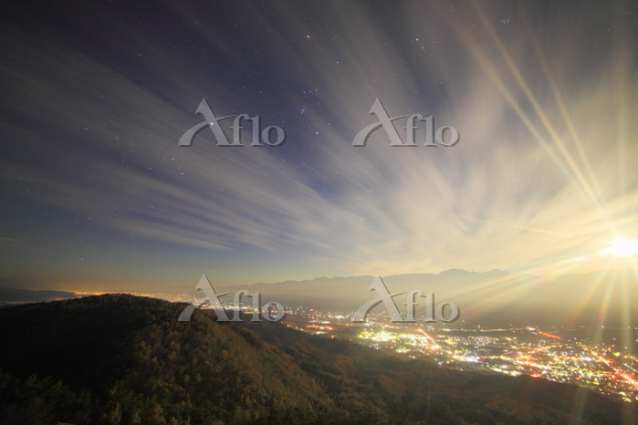 長野県 大町市 鷹狩山 月夜の大町と安曇野方向の夜景と常念岳・・・