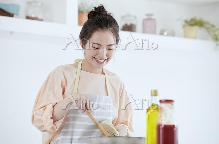 調理をする日本人女性