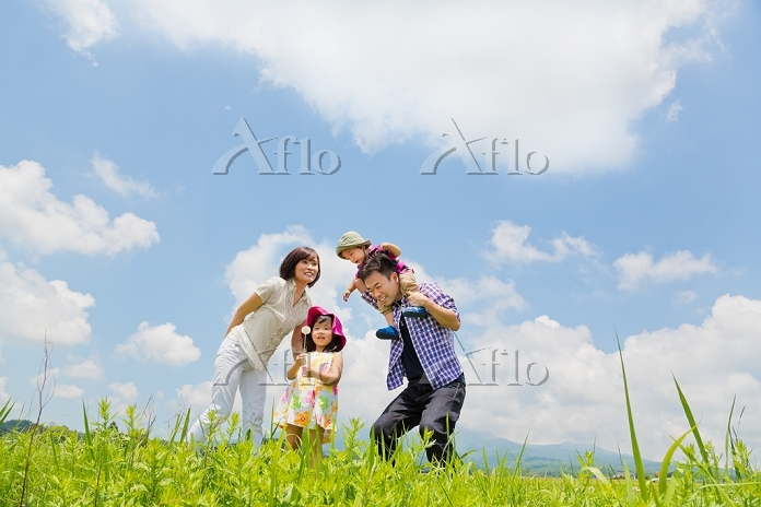八ヶ岳山麓で遊ぶ夏休みの日本人家族