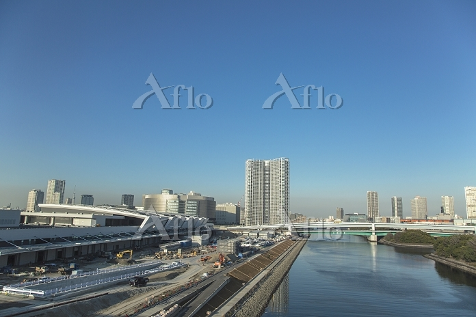東京都 江東区 豊洲市場建設現場と運河とビル群