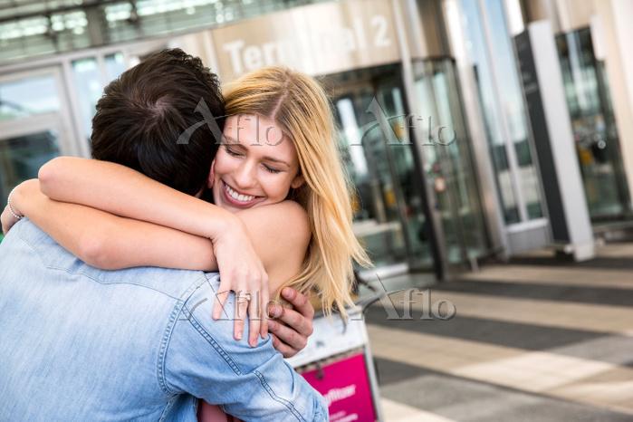 抱き合う若いカップル