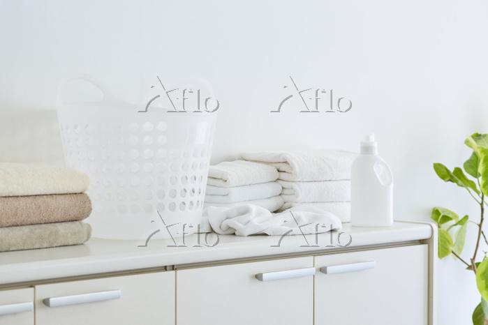 棚に重ねて置かれたタオルと洗剤の容器