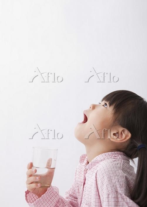 うがいをする日本人の女の子