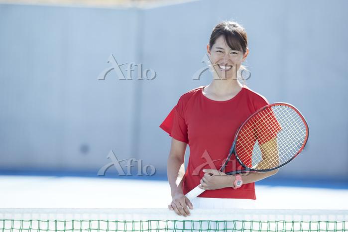 コートに立つテニスプレーヤー