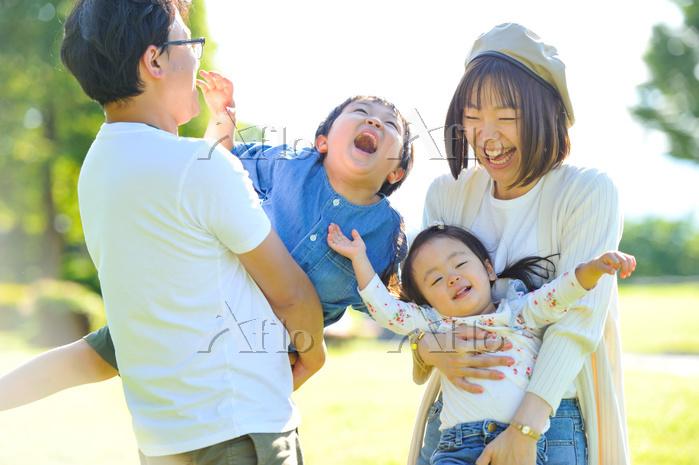 公園で笑っている日本人家族