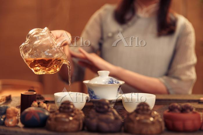 Young women show tea art