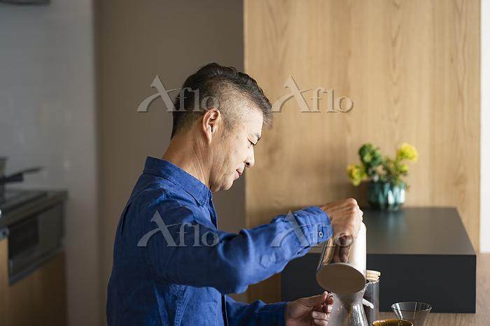 コーヒーを淹れる日本人シニア男性