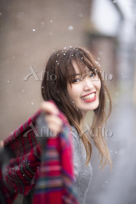 雪の中で振り返る女性