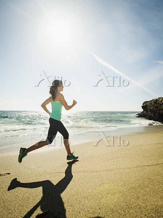 浜辺を走る女性