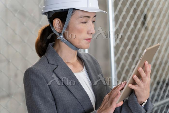 iPadを見るビジネスウーマン