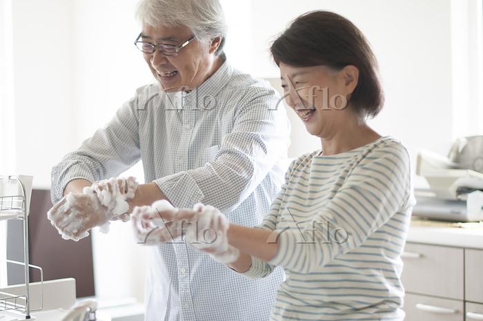 手を洗うシニア夫婦