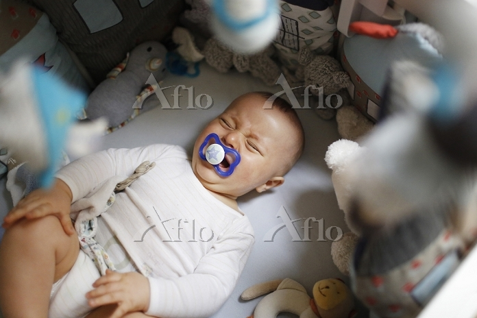 8 months baby boy crying in hi・・・