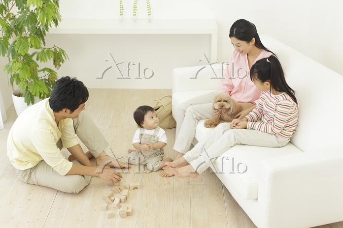 リビングでくつろぐ家族とペット