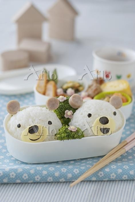 クマのキャラクター弁当と積み木