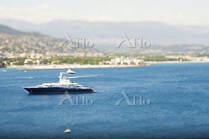 Yacht sailing by urban coastli・・・