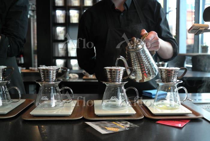 ノルウェー コーヒーを淹れるバリスタ