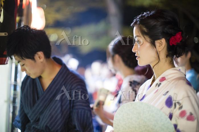 浴衣を着て屋台をまわる日本のカップル