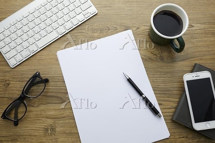 白い紙とペン
