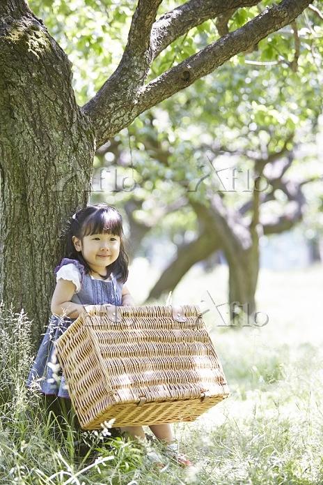 大きなバスケットを運ぶ日本人の女の子