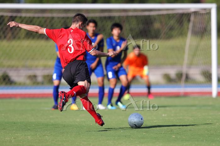 フリーキックをするサッカー選手
